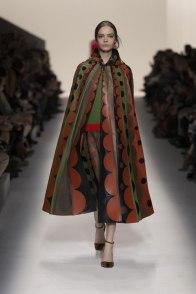Cappotti-2015-collezione-autunno-inverno-modello-cappa-con-cappuccio-Valentino