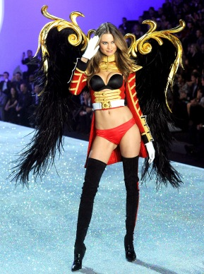 1410975159_behati-prinsloo-victorias-secret-fashion-show-zoom