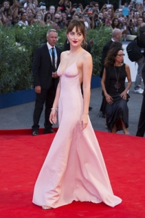L-abito-rosa-quarzo-di-Prada-indossato-da-Dakota-Johnson-sul-red-carpet-del-Festival-di-Venezia-2015_image_ini_620x465_downonly