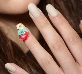 Antonio-Marras-fiori-unghie-nail-art-1000-1